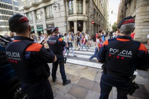 Los Mossos d'Esquadra por las calles del centro de Barcelona, en una imagen de archivo.