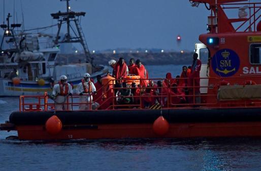 Salvamento Marítimo y Guardia Civil trasladan al puerto de Almería a los 58 tripulantes de 2 pateras que han sido rescatados en el Mar de Alborán.