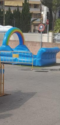 Imagen del castillo hinchable en el aparcamiento destinado a personas minusválidas.