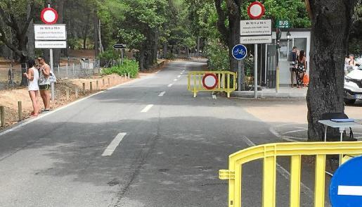Vallas y avisos de las restricciones de circulación, ayer en el acceso a la carretera desde la playa al faro.