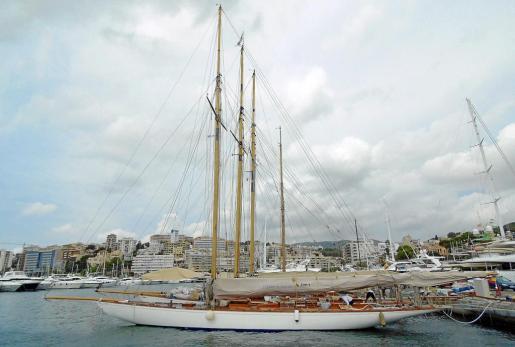 Los legendarios veleros gemelos centenarios 'Hispania', 'Tuiga' y 'Mariska' ya se encuentran amarrados en el Club de Mar, desde donde partirán a diario durante la celebración de la regata.