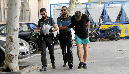 Dos guardias civiles trasladan al joven a los juzgados de Palma.