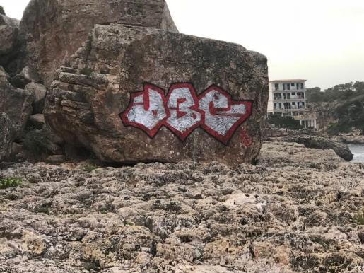 Pintadas en las rocas de Cala Figuera.
