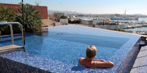 Una de las piscinas en un ático de Can Barbarà.