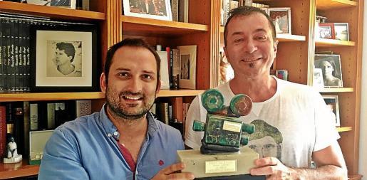 Marcos Cabotá y Agustín Martínez 'El Casta' posan con el galardón del cortometraje.