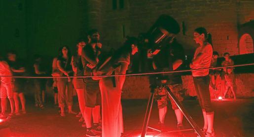 A través de los telescopios, los asistentes tuvieron la oportunidad de ver planetas como Júpiter, uno de los más espectaculares.
