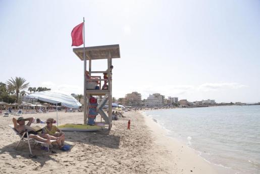 La bandera roja advierte este domingo del cierre de la playa de Ciutat Jardí por vertidos de aguas residuales. La misma situación que se vive en la de Can Pere Antoni.