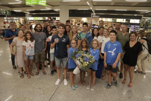 Joan Lluís Pons, junto a familiares y amigos a su llegada al aeropuerto de Son Sant Joan.