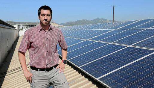El regidor Rodrigo Romero, junto a las placas de energía solar instaladas en Son Pacs.