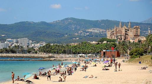 A pesar de no poder meterse en el agua, muchas de las personas que acudieron a las playas se quedaron tomando el sol o bajo su sombrilla.