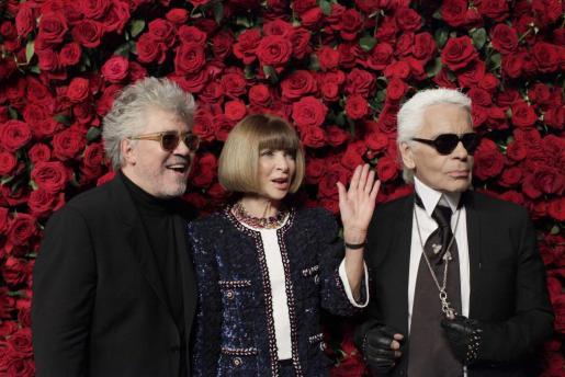 Pedro Almodóvar, la editora de Vogue Anna Wintour y el diseñador Karl Lagerfeld, en el photocall del homenaje que se dispensó anoche al director manchego.