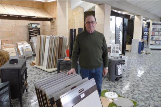 El propietario de Sa Cimentera, Joan Salom, en la zona de exposición de su tienda de Campos.