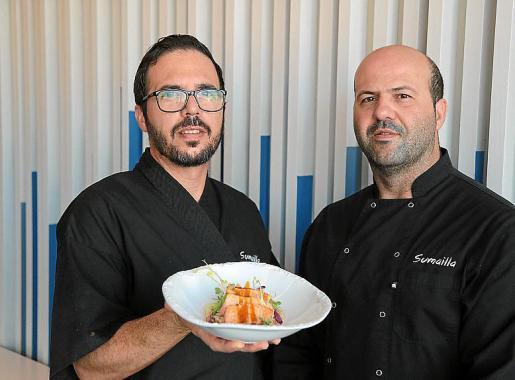 El chef ejecutivo Mauricio Farinola con su receta en la mano y Raúl Ballesteros, parte del equipo de cocina y ganador del concurso de Oleo Tapa 2018.