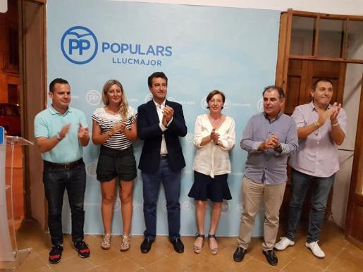 Margalida Roig, en el centro, hace menos de un año, tras su elección como presidente del PP de Llucmajor.