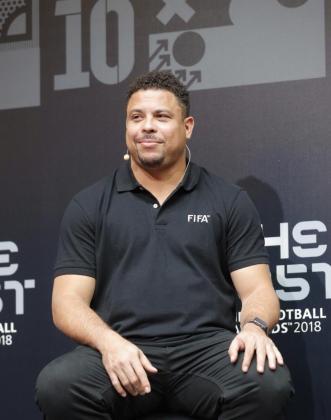 El exfutbolista Ronaldo Nazário, de Brasil, posa durante el encuentro con la prensa.