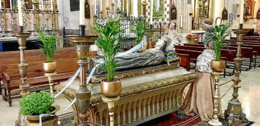 En el lecho en el que yace la Mare de Déu Morta de esta parroquia palmesana no falta el exorno floral con plantas propias de esta fiesta religiosa, patrimonial y cultural, tales como albahacas o mirabeles ('alfabegueres' o 'bellviures').