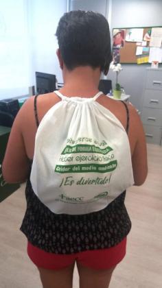 Imagen de una de las participantes del taller Verano Saludable con la mochila que regalan por participar.