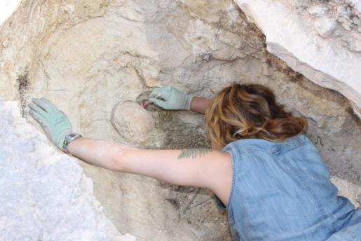 Excavación de una de las tumbas del yacimiento de Son Peretó.