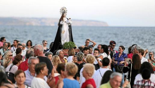 Momento del regreso de la imagen hacia la parroquia tras la procesión.