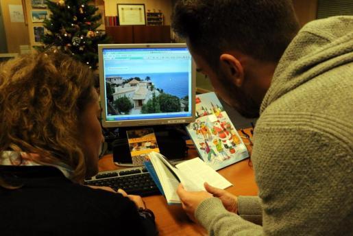 Una pareja buscando casas en Mallorca de alquiler turístico.