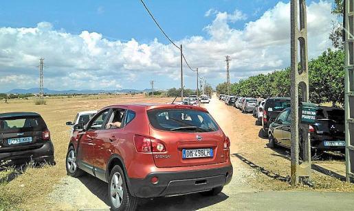 Imagen del aparcamiento ilegal en zona privada denunciado en las redes.