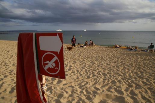 Señale de prohibición del baño en la playa de Can Pere Antoni.