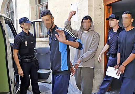 Foto de archivo del pase a disposición judicial el día que llegó la patera.