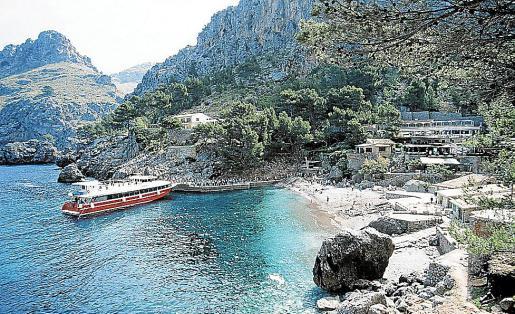 Imagen de archivo de un barco turístico en el puerto de sa Calobra.