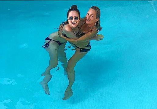 La 'top model' Kate Moss (a la derecha de la imagen, abrazada a una amiga) se ha alojado en un hotel de Deià, donde prácticamente estuvo todo el día disfrutando del relax y la piscina.