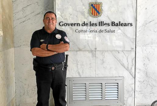 El vigilante, Javier Valderas, en la puerta de la Conselleria de Salut en Palma.