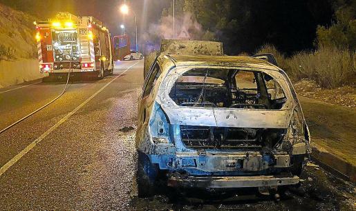 Los bomberos sofocaron las llamas del Citroën C2 en Peguera.