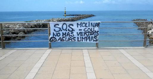 Los vecinos del Molinar también denuncian que su playa se ve afectada por los vertidos.