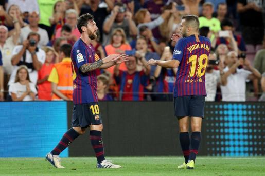 Leo Messi (izquierda) celebra el primero de sus goles con Jordi Alba.