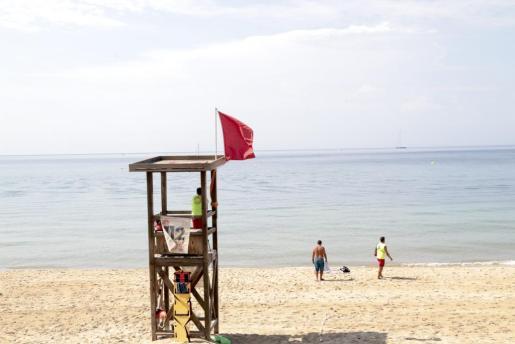 Imagen de la playa de Can Pere Antoni, con bandera roja.