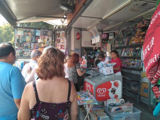 Colas en el kiosco de la Plaça d'Espanya, sobre todo de personas que acuden a recargar la tarjeta ciudadana.