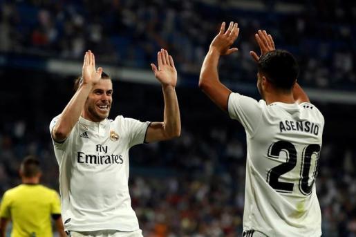 Bale celebra el segundo tanto del partido con Marco Asensio.