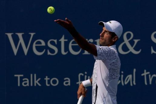 Novak Djokovic se dispone a servir durante su partido ante Federer.