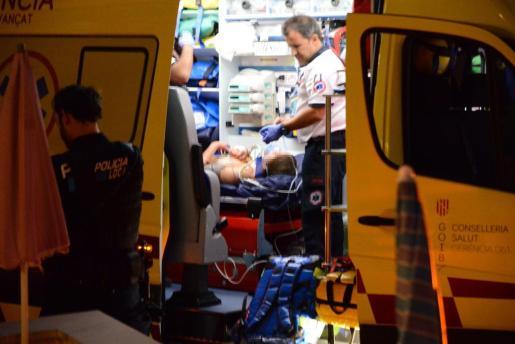 La joven, en el interior de la ambulancia.