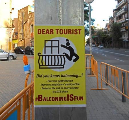 Uno de los carteles vistos últimamente en las calles de Barcelona.