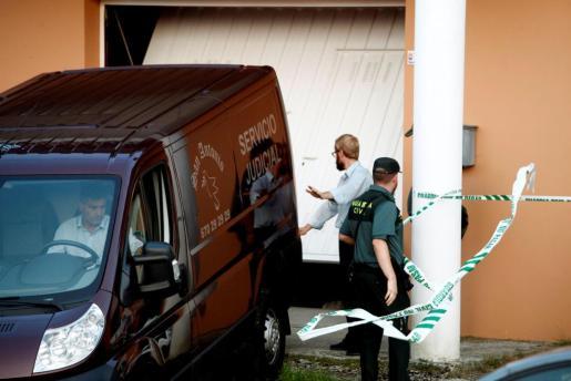 Efectivos policiales junto a la vivienda en la que un hombre, detenido posteriormente, supuestamente mató a su mujer, en Cabana de Bergantiños (A Coruña).
