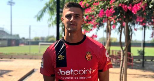 Martin Valjent posa con la camiseta del Real Mallorca en Son Bibiloni.