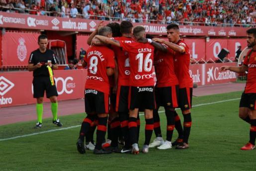 Los jugadores del Mallorca celebrando el gol ante el Osasuna.