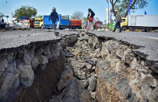 Imagen de una brecha en el asfalto provocada por el seísmo.