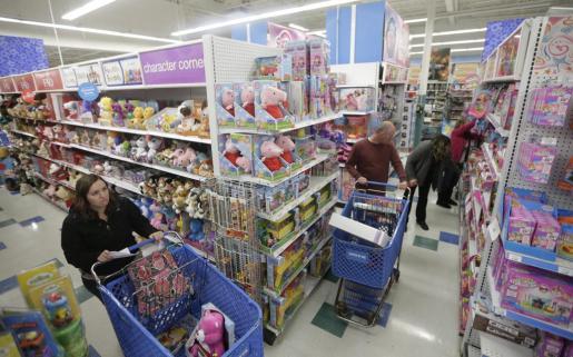 Compradores buscan productos en una tienda Toys 'R' Us.