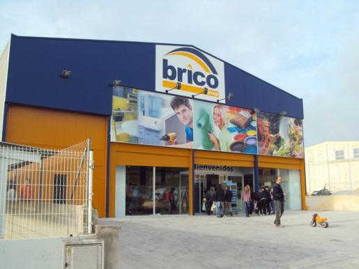Fachada del almacén de Bricogroup en Santa Ponça, con 1.200 metros cuadrados de exposición.