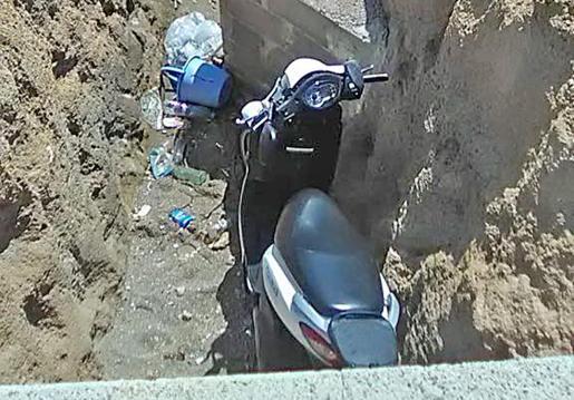 La motocicleta quedó encajada en el interior de la zanja.