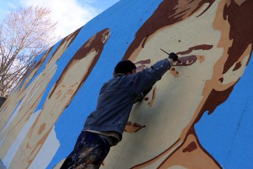 El pintor Joan Aguiló, cuando realizó un mural en el campo de fútbol de Alaró.