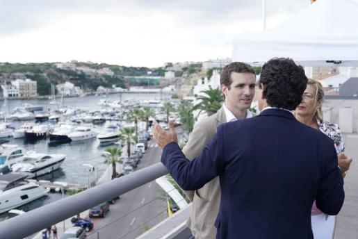 El líder del PP se ha reunido en Menorca con el presidente del partido en Baleares, Biel Company.