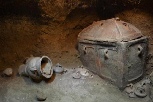 Fotografía cedida por el Ministerio griego de Cultura, que muestra un féretro en una tumba antigua en Ierapetra, en la isla de Creta.