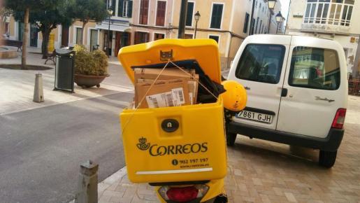 Los paquetes se acumulan en Correos por el auge de las ventas por internet.